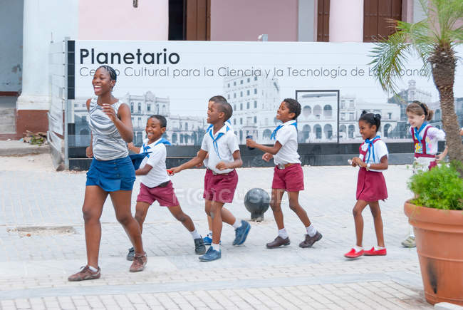Cuba, Havana, Happy school children on the square, Plaza Vieja — Stock Photo