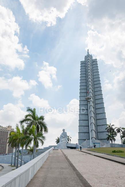 Куба Гавана, пам'ятник Джош Мартін у центрі гавані, хмарочос — стокове фото