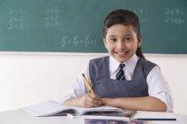 Notas de escrita de rapariga a sorrir — Fotografia de Stock