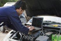 Mechaniker mit laptop — Stockfoto