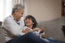 Nonno e nipote con il cellulare — Foto stock