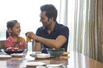 Vater und Tochter Toasten — Stockfoto