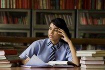 Mädchen in einer Schulbibliothek — Stockfoto