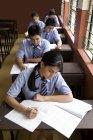 Студентів письмовому вигляді в ноутбуках — стокове фото
