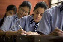 Estudiantes escribir en cuadernos - foto de stock