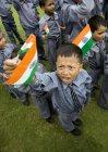 Garçons de l'école avec le drapeau indien — Photo de stock