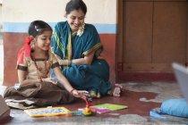 Petite fille étudie avec mère — Photo de stock