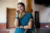 Женщина, говорящая по мобильному телефону — стоковое фото