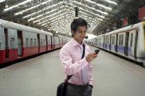 Empresário numa estação de trem — Fotografia de Stock