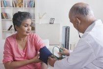 Mujer su presión arterial - foto de stock
