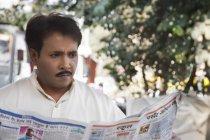 Uomo leggendo un giornale — Foto stock