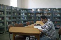 Estudante universitário, lendo um livro — Fotografia de Stock
