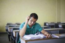 Adolescente, estudando em uma sala de aula — Fotografia de Stock