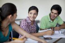 Estudiantes universitarios sonriendo - foto de stock