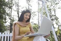 Femme travaillant sur un ordinateur portable — Photo de stock