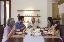 Семья, пообедать вместе — стоковое фото