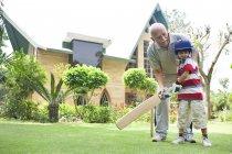 Хлопчик грає крикет з Дідом — стокове фото