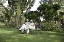 Пара сидять на лавці — стокове фото