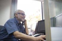 Executivo sênior no telefone — Fotografia de Stock