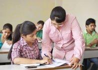 Mitarbeitende Lehrer-Schüler — Stockfoto
