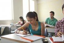 Estudiantes que estudian en aulas - foto de stock