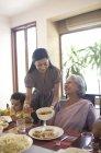 Mujer que sirve a su madre en la ley - foto de stock