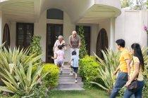 Бабусі і дідусі, вітаючи їх онуки — стокове фото
