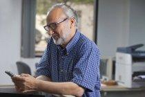 Executivo ler sms — Fotografia de Stock