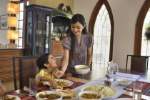 Матері порції їжі — стокове фото
