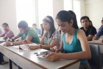 Estudiante con tableta digital - foto de stock