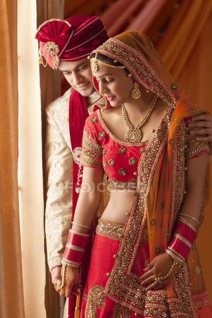 Lindo noivo e noiva linda — Fotografia de Stock