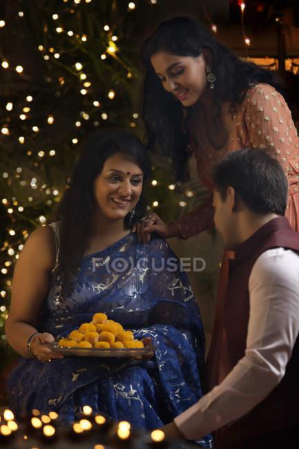 Женщина с дочерью и сыном празднования Дивали — стоковое фото