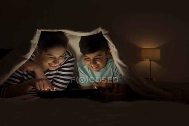 Mãe e filho partilha digital tablet — Fotografia de Stock
