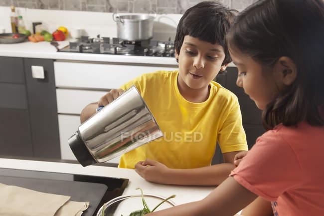 Мальчик и девочка, весело вместе — стоковое фото