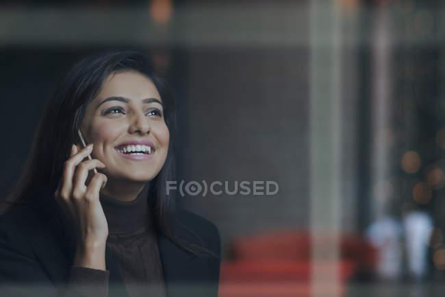 Empresária, falando no celular e no escritório — Fotografia de Stock