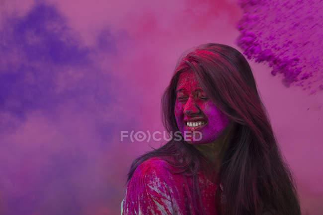 Индийская девочка празднует Холи фестиваля — стоковое фото