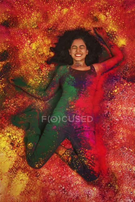 Fille, couverte de poudre colorée — Photo de stock