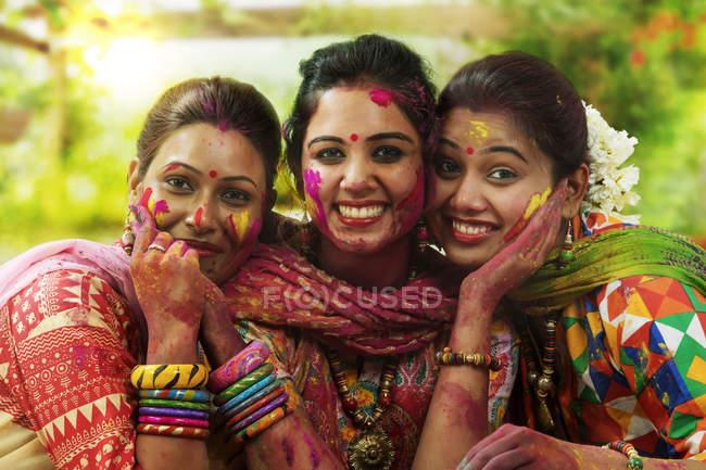 Индийские девушки празднует Холи фестиваля — стоковое фото