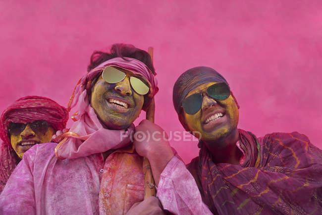 Hommes Indiens jouer holi — Photo de stock