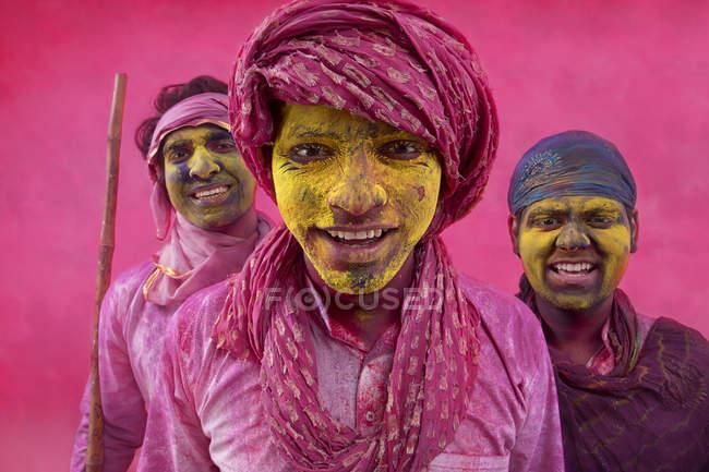 Homens indianos jogando holi — Fotografia de Stock
