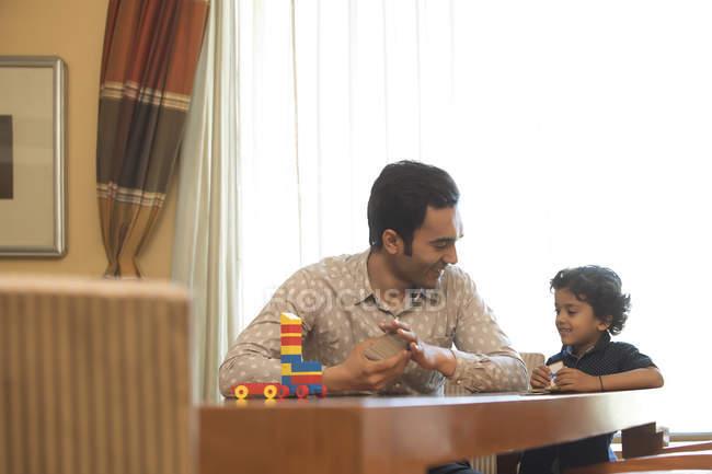 Pai e filho que joga o jogo — Fotografia de Stock