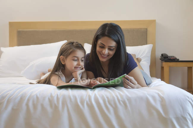 Mère et fille lisant — Photo de stock