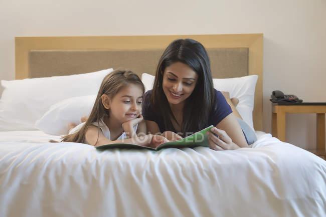 Mãe e filha lendo — Fotografia de Stock