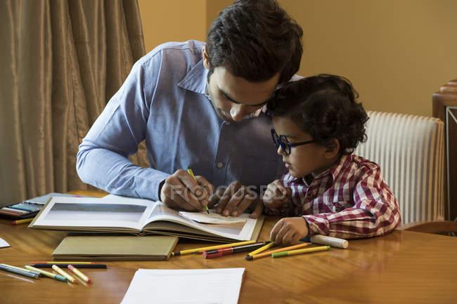 Vater helfen Sohn bei den Hausaufgaben — Stockfoto