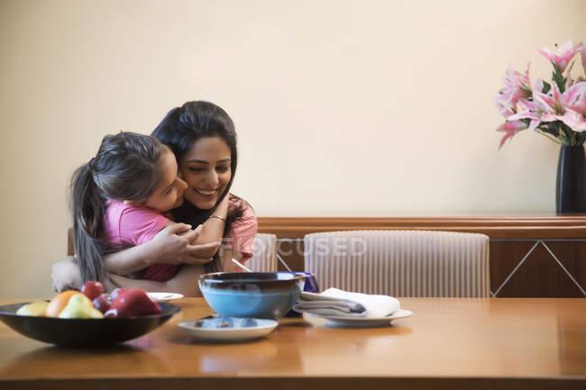 Дочь, обнимая ее мать — стоковое фото
