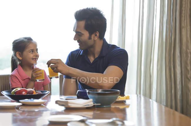 Pai e filha brindando — Fotografia de Stock