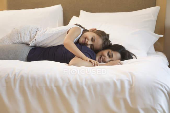 Mãe e filha relaxante — Fotografia de Stock
