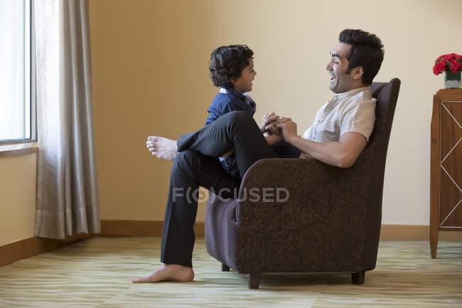 Pai e filho sentados juntos — Fotografia de Stock