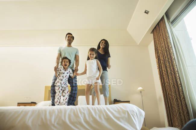 Pé de família jovem feliz na cama — Fotografia de Stock