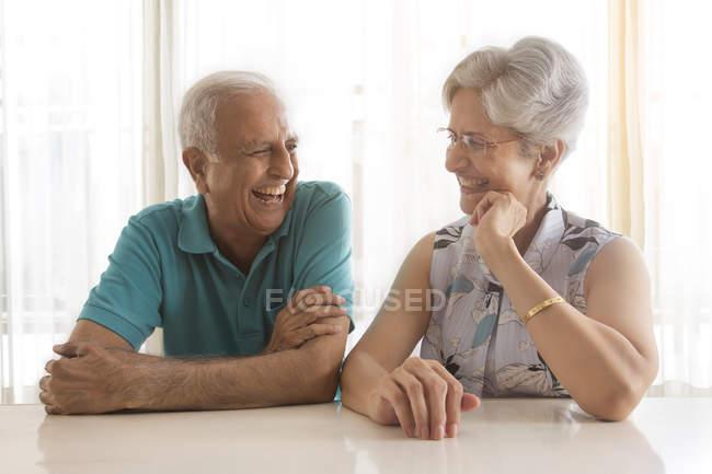 Старшая пара, говорящая — стоковое фото